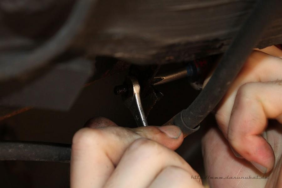 Rover Mini Xn - von unten Batteriekabel fixierung lösen