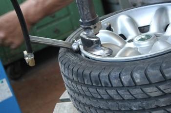 Rover Mini Xn - Reifen von der Felge ziehen