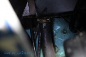 Schlauchklemme am Kühlmittelzulaufschlauch des Ausgleichbehälters